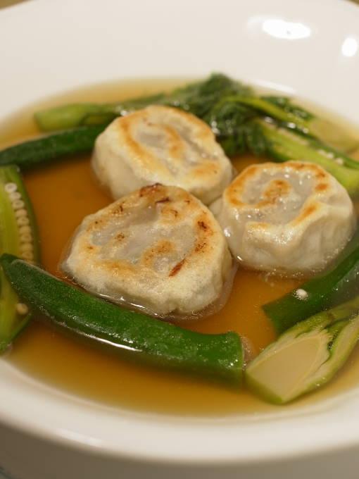 江別フレンチ『レストラン シェ・キノ』「牛テールのコンソメスープと牛テール肉のラビオリ」